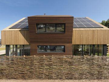 Zuidgevel, houten dak met zonnepanelen