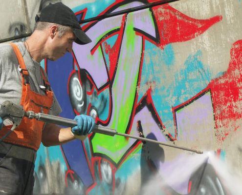 Graffitimuur schoonspuiten met water