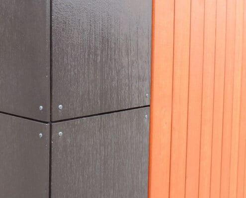 Hoekdetail van de gevelpanelen in combinatie met hout