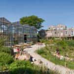 Woningen en gemeenschappelijke kas vanuit permacultuur tuin